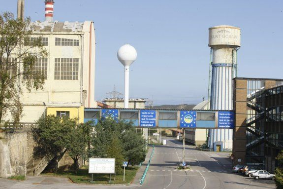 La entrada de la factoría de Saint-Gobain en Avilés.