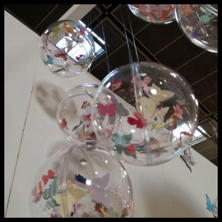 Sfere di plexiglas con filo di rame e farfalle di carta