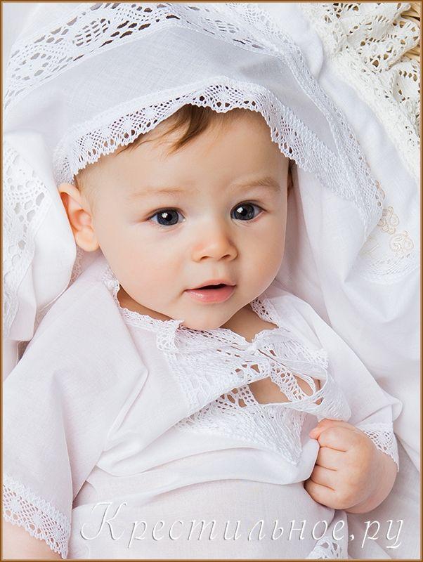 Классическая крестильная рубашка для мальчика, надевается через голову и немного раскрывается на грудке. Батюшке будет удобно помазать грудку ребенка Святым Миром.