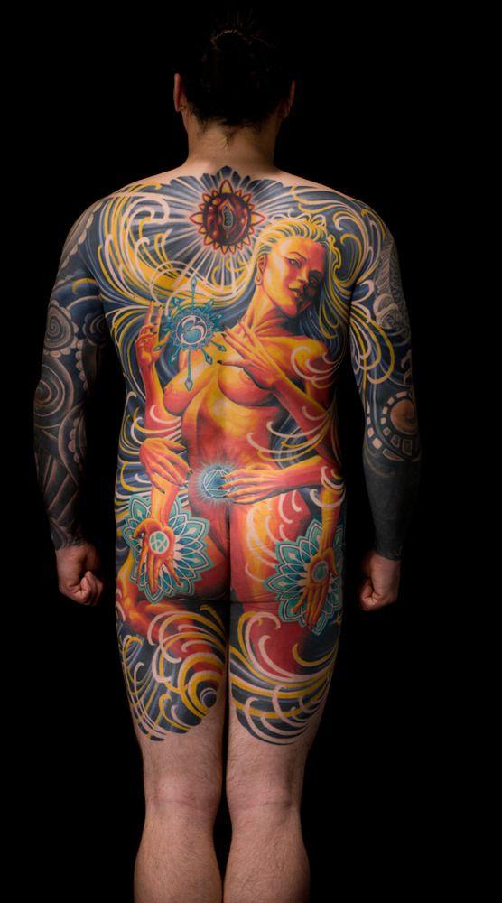 Impressionnant tatouage qui recouvre le dos, les arrières bras, les fesses et une partie des cuisses arrières