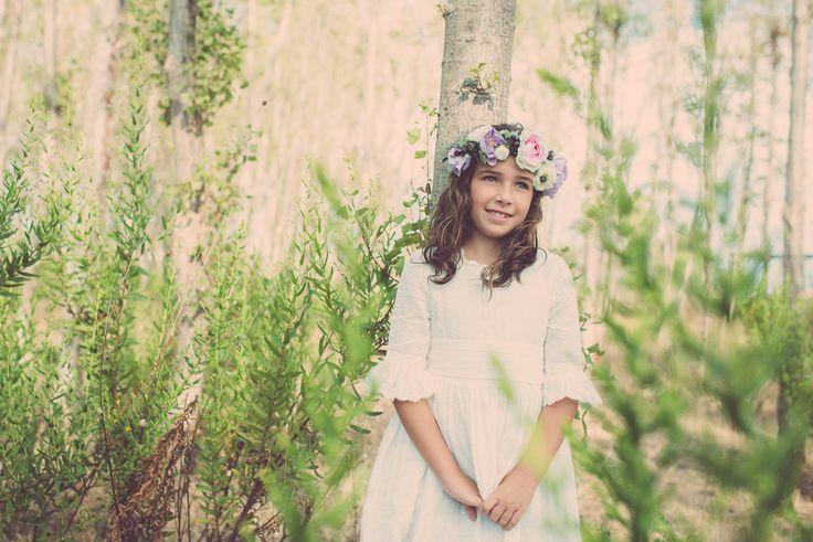 Comuniones vintage -  Una niña muy dulce con corona de flores en el campo. - #comuniones #ideas #vestidos #niña #comunión #flores #abanico #dorado #vintage #romántico #enaguas #peinado