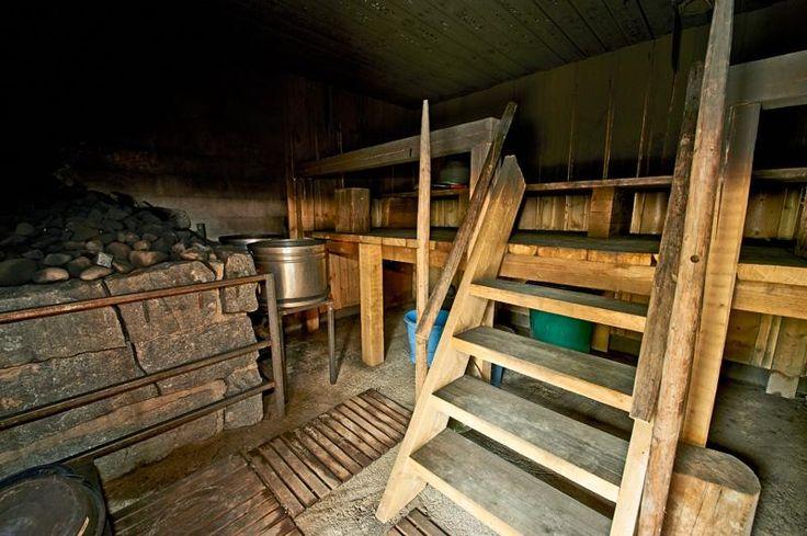 Savusauna Juurakkopirtin rannan tuntumassa lämpiää iso savusauna, jonka lauteille lempeistä löylyistä mahtuu nauttimaan kerralla noin 15 saunojaa. Sav...