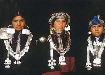 Joyería tradicional mapuche. Chile.  El ajuar de la mujer consta de lloven nitrowe, o tocado femenino cubierto de cupulitas de plata, el trarilonko (cintillo de plata), los chaway o aros, el trapelacucha y sükil (adornos pectorales), el kilkay o collar, trarikug o pulseras, el tupu o punzón (prendedores para sujetar el chamal o chal femenino).