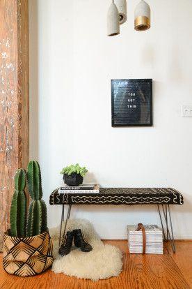 Banc décoration d'intérieur avec un tissu, une planche en bois et des hairpin legs/ pieds en épingle.