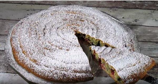 Soffice e buonissima: scopriamo assieme come preparare una crostata arrotolata ai frutti di bosco!