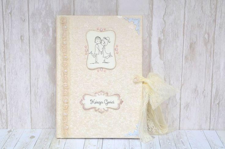Księga gości weselnych Romance!  Okładka ozdobiona wyjątkowym, tłoczonym papierem w serca w kolorze perłowym ecru. Dodatkowo niezwykłości tej księgi dodaje jest ozdoba w postaci koronki z ecru różami.   Do kupienia w sklepie internetowym Madame Allure.  #ksiegagosci #slub #wesele