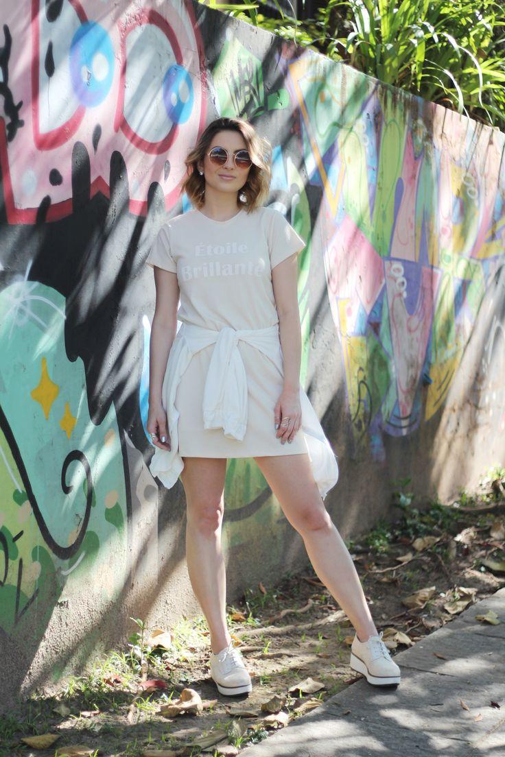 Vestido Camiseta, Bomber e Flatform | Look Street Style Prático  pro dia a dia  Vestido camiseta bege, jaqueta bomber branca amarrada na cintura, oxford flatform nude. look para almoço no final de semana