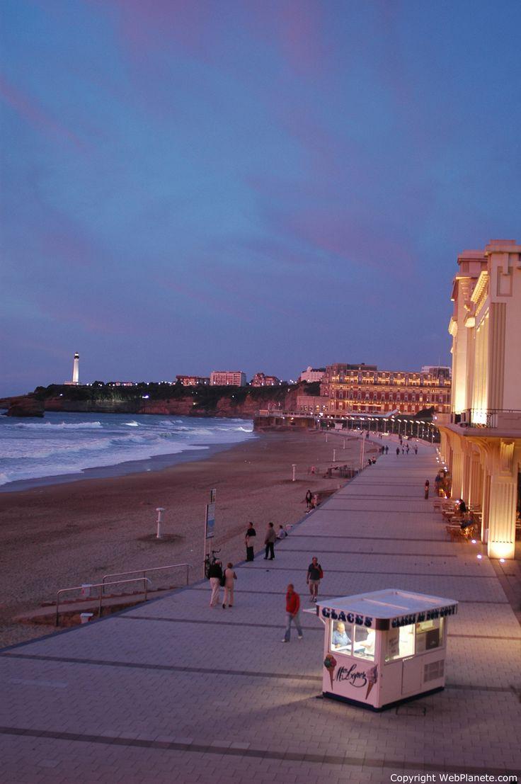 Vista nocturna de la playa de Biarritz