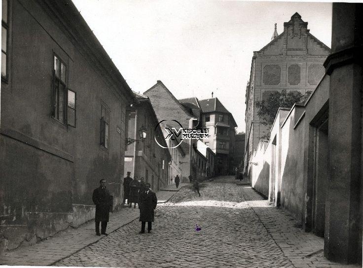 A Ponty utca a Fő utca felől, 1925 körül  (Erdélyi Mór felvétele, BTM Kiscelli Múzeum Fényképgyűjtemény)