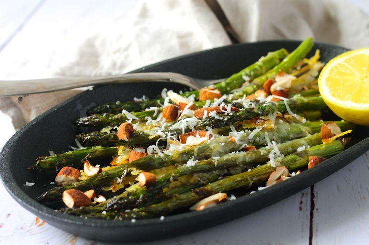 Grillede asparges med hvidløgssmør, parmesan og ristede mandler - lækker, sommerlig opskrift. Perfekt grill-tilbehør til sommerens grill-middage.