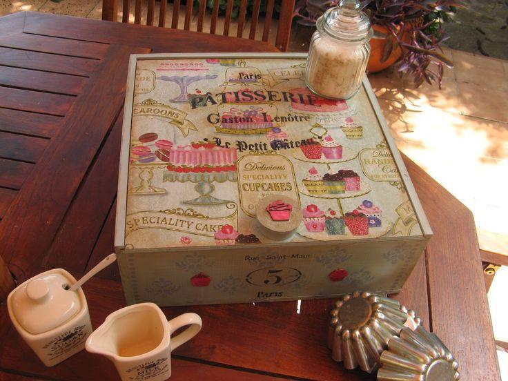 Caja de vino decorada con decoupage de servilleta y stencils