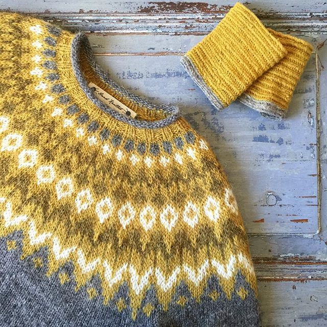 When colours go together. När färger samsas. De nålbundna handledsvärmarna passar fint till @kingofkammebornia s #riddari i #lettlopi @jarbogarn #kammebornia #jarbogarn #järbogarn #knitting #knitstagram