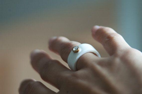 FreakyFoxx Porzellan Schmuck ist mit Liebe und Leidenschaft gemacht.  Dieser ungewöhnliche Ring besteht aus reinem Porzellan, gold Glanz und Intarsien mit Swarovski-Kristall. Dieser Bandring wurde dreimal in eine hohe Temperatur für das beste Ergebnis gefeuert. Minimale Ring wurde mit Swarovski-Kristall zu machen, chicy eingelegt. Gibt es einen goldenen Ring? Ach ja, ist der Ort für Swarovski vergoldet mit Glanz zu machen, noch mehr chicy. Goldring, weißen Ring-es ist Ihre Wahl wie Aufruf…