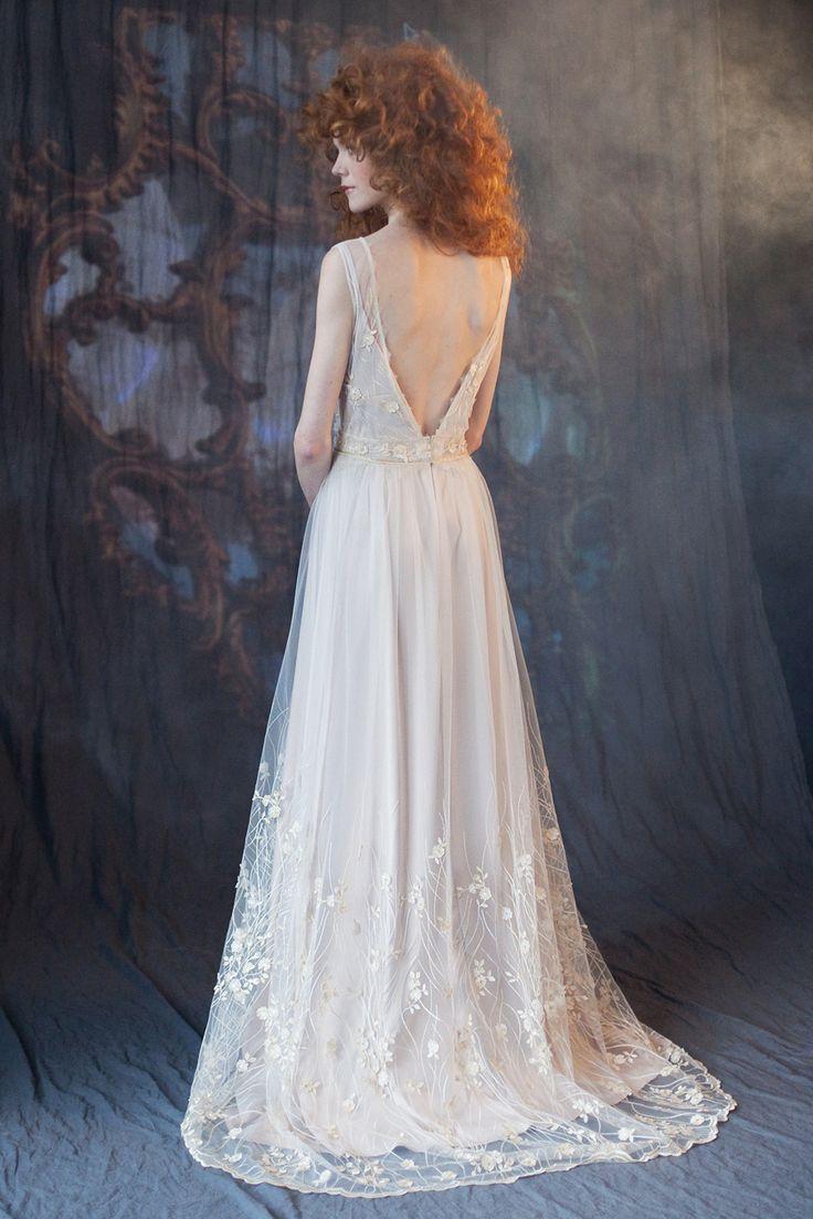Свадебное или вечернее платье FLORA от www.bohemian-bride.com с открытой спинкой и изящным растительным узором по подолу и лифу, подойдет как для романтичных многолюдных свадеб на природе, так и для камерных мероприятий в городе, одинаково хорошо смотрится вблизи и на общих планах. Платье деликатно расшито жемчужинками, есть небольшой шлейф, нижнее платье жемчужно-нюдового оттенка. Бохо | Богемный | Винтажный | Кружево