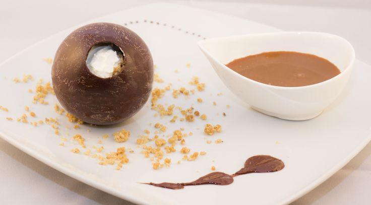 Sphère crème vanille, poires caramélisées, crumble au sésame et caramel à la fleur de sel.