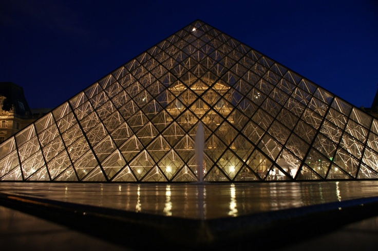 The pyramids of the Museum of the Louvre in the night are, for me, one of the most beautiful topics that I know to take a photographs. I enjoy very much looking for the reflexes and the colors that they can find there.