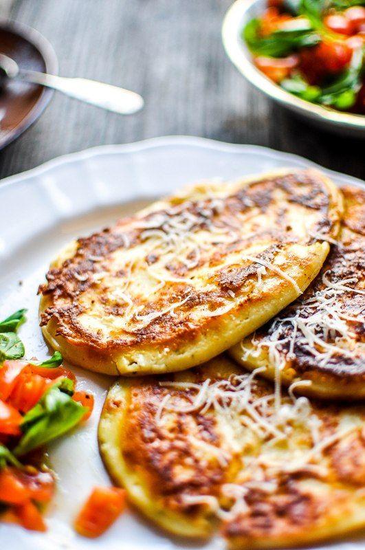 Pyszne Kadry: Placuszki z ricottą i sałatką z pomidorów