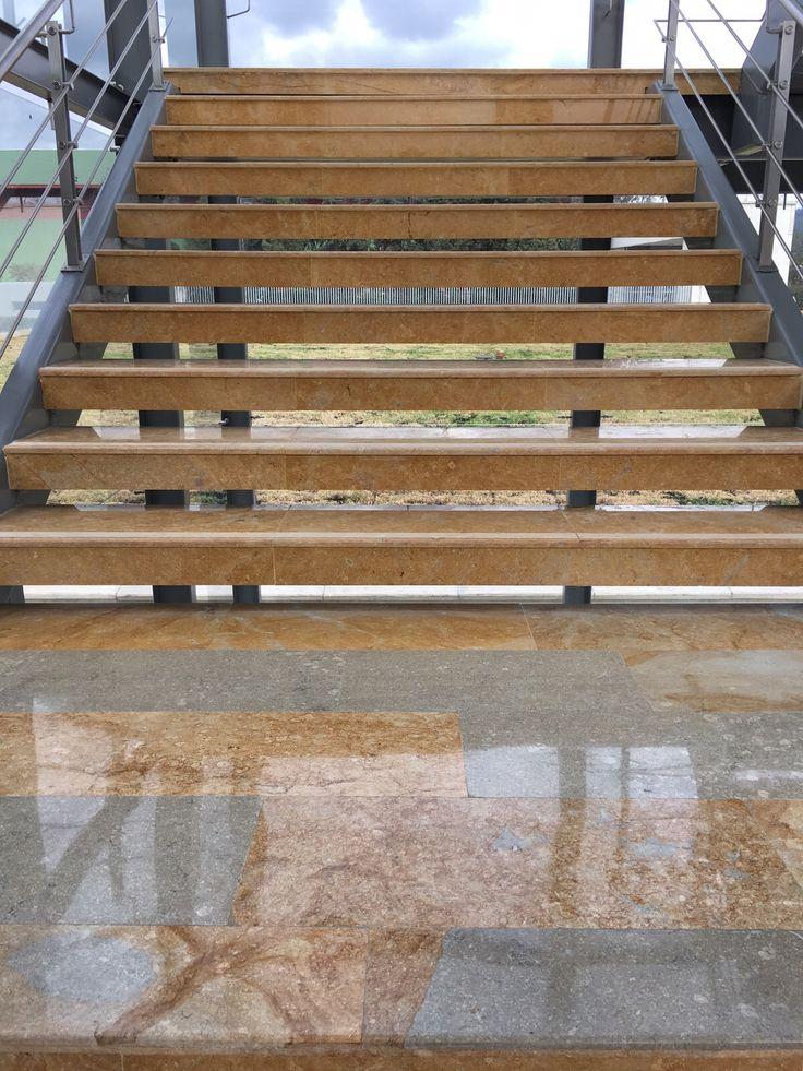 Obra Quala Tocancipa - Escaleras Acceso Principal en Marmol Sinu Acuamarina