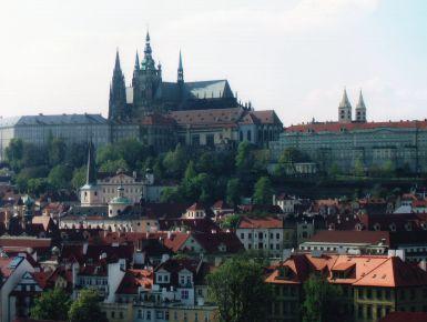 Primavera a Praga  Già all'arrivo, Praga ti dà l'impressione di una bella signora nobile e leggermente sfiorita che si aggira nei numerosi salotti della sua casa tra vecchi mobili e suppellettili delicate e un po' impolverate. Questi sono le sue piazze, le sue vie, i suoi palazzi e le sue chiese: tutti con un'anima autentica da scoprire. Tutto il centro della città è permeato da una atmosfera che incanta. Praga non si ha bisogno di cercarla, è lei che ti viene a trovare.