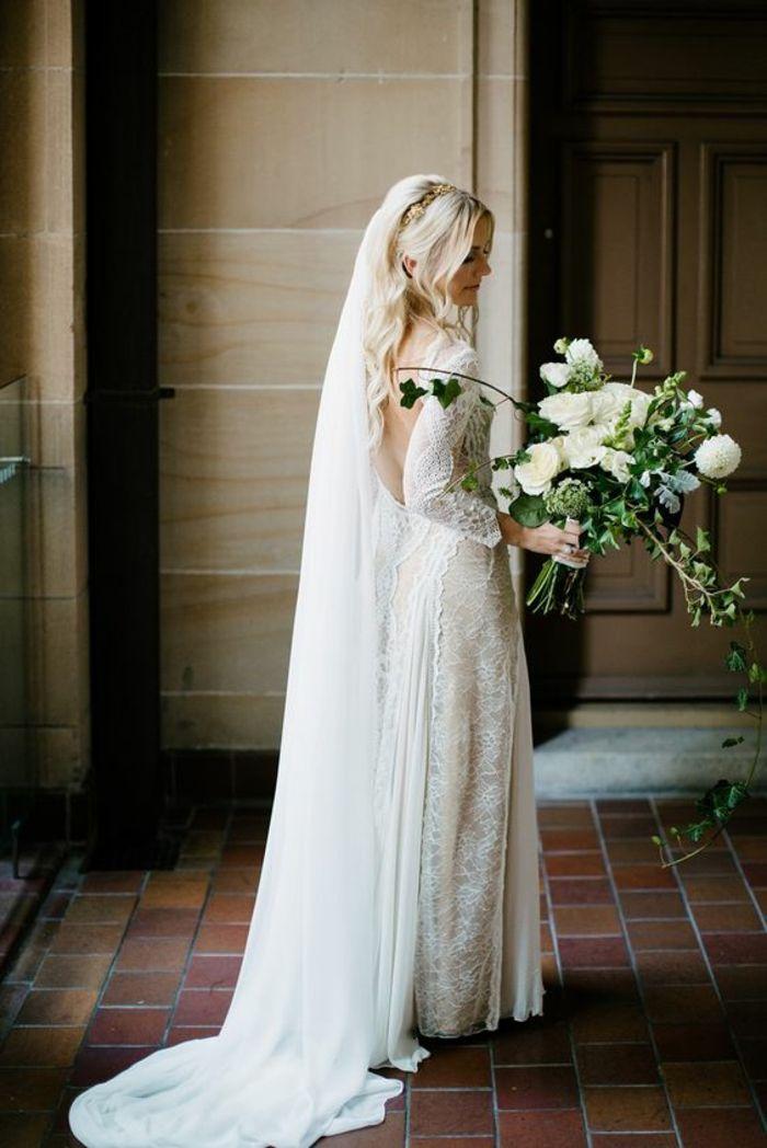 coiffure de mariage romantique avec voile, robe de mariée manches longues en dentelle