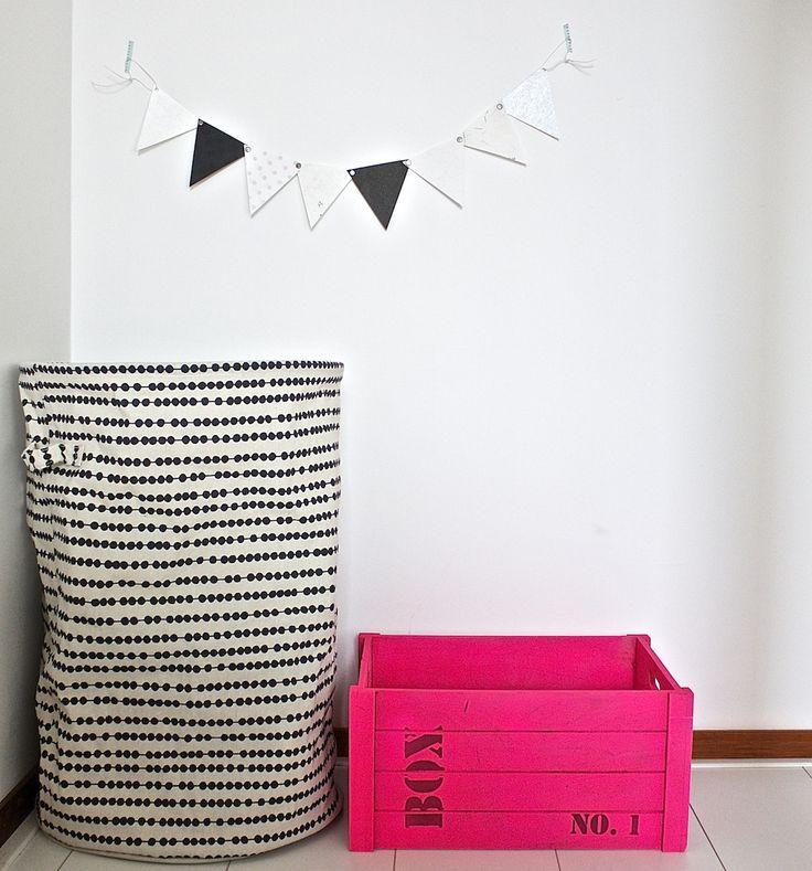Een papieren vlaggenlijn bestaande uit 8 vlaggetjes van verschillende grams papier. Ieder vlaggetje is anders qua kleur, structuur, dikte, kleur en dessin. Handgemaakt en dus uniek!  Te koop op www.koetjesenkaartjes.nl