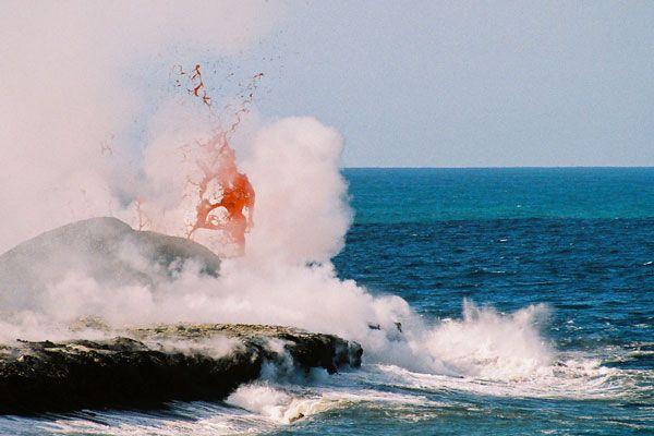 http://short-edition.com/oeuvre/poetik/baiser-de-feu  . La lave en fusion se meurt enfin dans la mer ~ éclats de vapeur.  Photo du Piton de la Fournaise. Haïku de Sofifée.