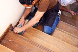 Shabby Chic ist total in, aber eine abgenutzte Treppe sieht doch nun wirklich nicht schön aus. Unsere Anleitung zeigt, wie Sie Ihre Holztreppe neu streichen können.Wird der Gang die Treppe hinauf oder hinunter zur Mutprobe, weil hier und da der Lack abblättert und somit zur Verletzungsgefahr wird, dann wird es höchste Zeit, dass Sie den Pinsel schwingen und Ihre Treppe neu streichen. J ...