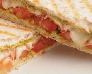Panini tomate, jambon et chèvre : http://www.fourchette-et-bikini.fr/recettes/recettes-minceur/panini-tomate-jambon-et-chevre.html