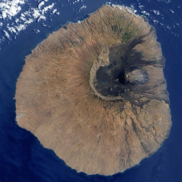 Island boulders reveal ancient mega-tsunami : Nature News & Comment. The gaping scar in this satellite image tells the tale of the Fogo volcano's eastern-flank collapse ca 73 kya