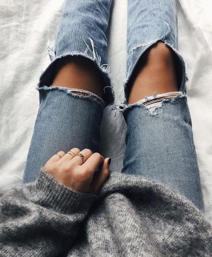 Grey cashmere sweater | cut knees denim  //pinterest: juliabarefoot