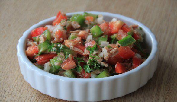 Ensalladilla atun – Spanischer Thunfischsalat Dieses leckere Rezept lässt sich besonders einfach zubereiten. Zunächst wird das Gemüse gesäubert. Hierzu werden Tomaten und Paprika unter fließendem Wasser mit …