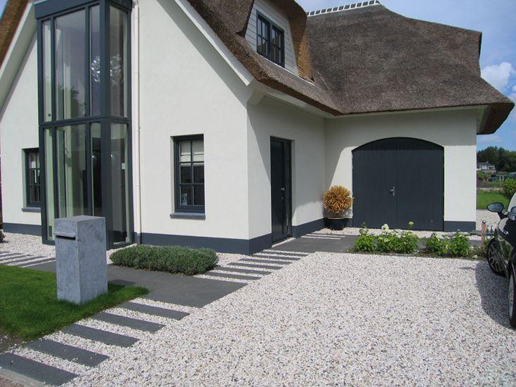 Moderne voortuin met oprit google zoeken wfl garden pinterest delft villas and met - Landscaping modern huis ...