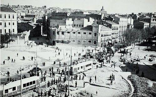 Glorieta de Embajadores año 1956. El edificio del fondo es la Casa de Baños y el de la izquierda la antigua fábrica de Tabacos.