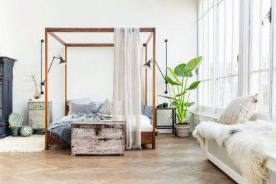 loft-lumineux-familial-parquet-tapis-cheminee-verriere-de-toit-coffre-rabgement-ancien-armoire-epoque-noire-lit-armatures-bois-baldaquins