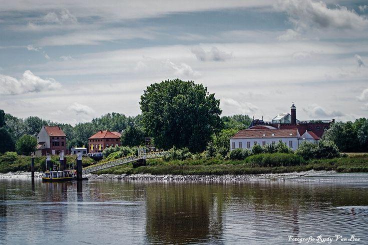 Het was heerlijk wandelen over de Rupeldijk langs de getijdenrivier. Volgens de legende woonden aan de oever van de Rupel enkele vissers in hutjes, maar wij hebben er alleen gezien in kleine bootjes die rustig langsvoeren. Ook de veerboot lag er te wachten op gasten om overgevaren te worden vanuit Klein-Willebroek.