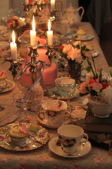 Romantic vintage tea party by candlelight / HelloVintage