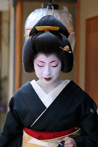 What a lovely face and picture. She looks peaceful and serene. Kimono