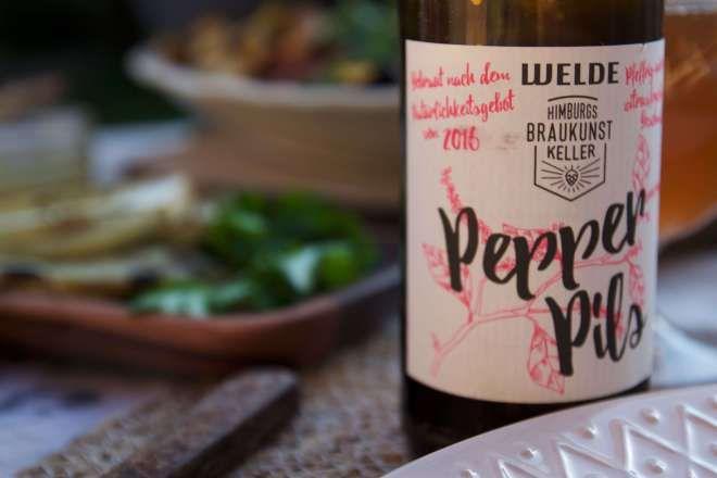 Pepper Pils von Welde und Braukunstkeller. Craft Beer zum BBQ: Sommerzeit ist Grillzeit! Für den perfekten Grillabend empfehlen wir euch 3 Craft Biere, die perfekt zu Gegrilltem passen.
