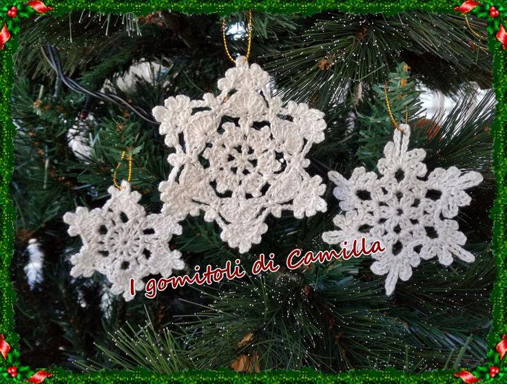 Siete in cerca di decorazioni natalizie per il vostro alberello? Eccovi un tutorial che fa al caso vostro: cristalli di ghiaccio o fiocchi di neve uncinetto