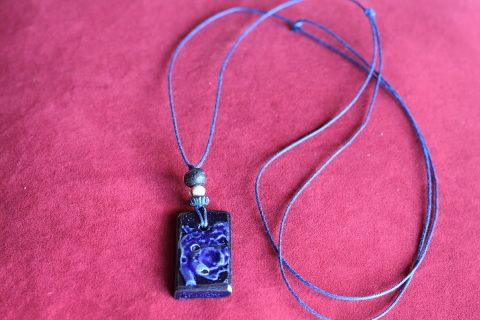 Grandeur  longueur maximum  23 pouces  - 59 centimètres    Collier  en céramique bleu royal sur cordon ciré bleu orné de perles en bois.   Fermoir  ajustable par noeuds coullissant.     Frais de livraison 5$ Merci de nous suivre sur Facebook  www.facebook.com/Creations-JOM-Céramiques-Bijoux-340093916336505