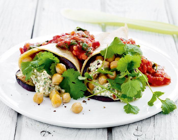 Det bedste fra to madverdener, hvor italienske pastaplader erstatter tortillaen, og grønt tortillafyld med kikærter og koriandercreme toppes med tomatsauce .