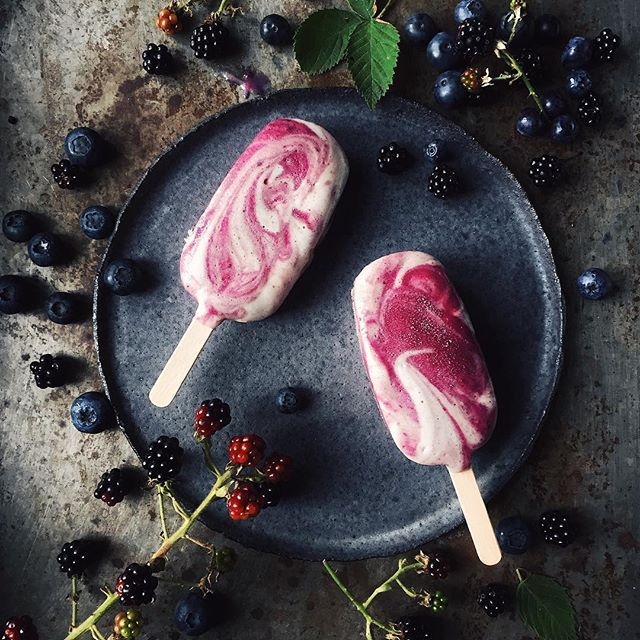Happy monday guys! A recipe for this delicious blackberry-blueberry-ice cream with banana-meringue swirls is on the blog now. Have a look! #ourfoodstories by _foodstories_