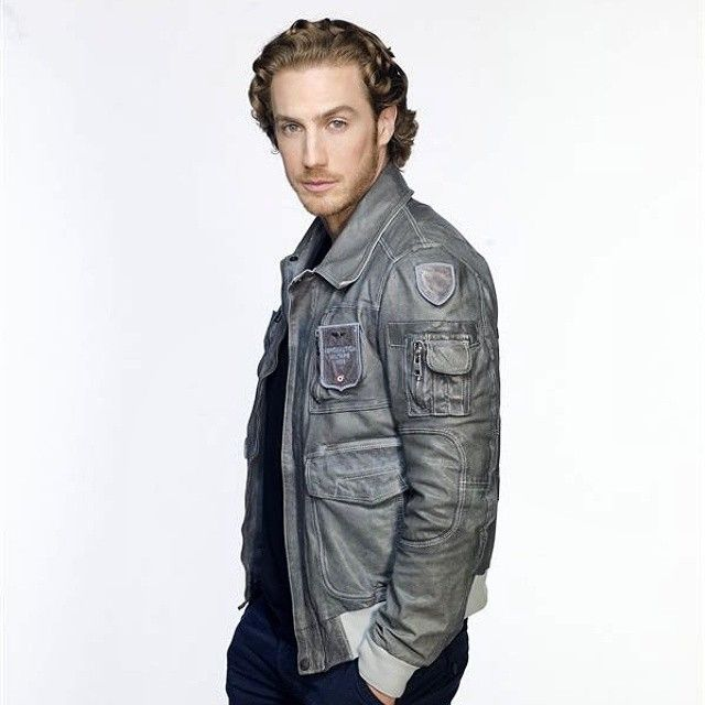 Eugenio Siller in his music video 'Te Esperaré' on Telemundo & Mun2