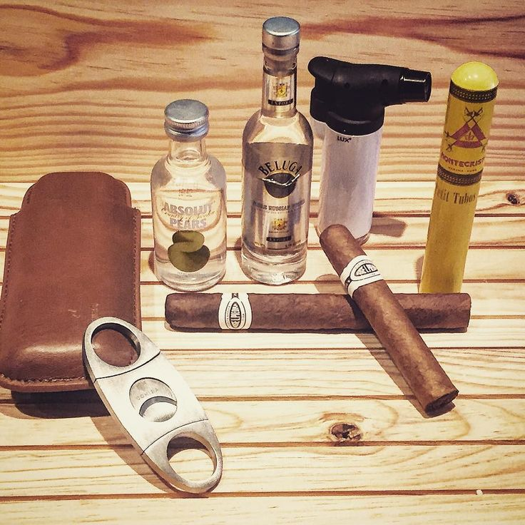 Cómo sobrevivir a un domingo aburrido!! #joselpiedracigar #joselpiedracigars #petitcazadores #knife #instacool #style #cigarette #puro #puros #habana #habanos #instagood #instamoment #cohiba #relax #montecristo #cubanos #cuba #cohibas #cutter #goodnight #men #luxury #style #beluga #vodka #absolut #belugavodka #cohibacigar #cigarette by carlos.crm