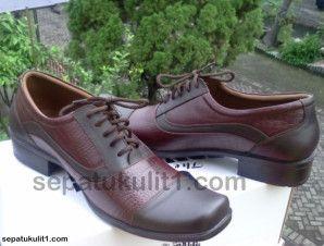 Sepatu Fantofel Handmade Kulit Asli Modelnya Elegan dan Keren >>> Kode Sepatu: R27 >>> Rp 355.000 >>> Sepatu Pria Model Pantofel >>> Bahan Kulit Sapi Asli Motif Kulit Buaya >>> Size 41 (bisa pesan untuk size yang berbeda).
