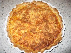 Tænd oven på 200 grader.Smør et tærtefad (ca. 24 cm). Pak tærtedejen ud og rul den over fadet. Fjern evt. det overflødige dej.Skær alle cocktailpølserne i små dele, og svits dem sammen med baconternene på en pande.Pisk æggene og mælken sammen i en skål.Fordel de afkølede pølser og bacontern i fadet og hæld æggemassen i fadet.Kom en smule salt og peber i.Sæt fadet i ovnen ca. 30-35 minutter. Tiden kan svinge. Tjek med jævne mellemrum efter 20 minutter, om den er ved at blive for mørk. 1…