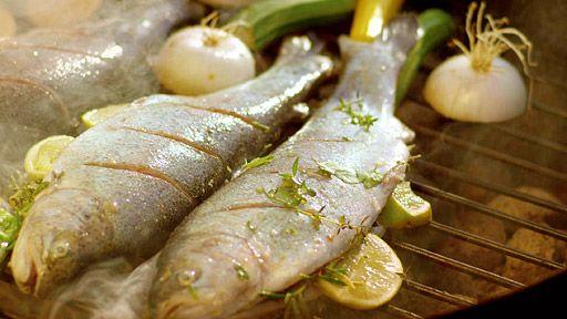 Grilovaný pstruh pstruh sůl citron oregano nebo další bylinky libovolná zelenina