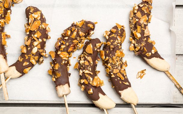 Frozen chocolate covered bananas with peanut brittle.Desserts Recipe, Frozen Chocolates Dips, Summer Desserts, Bananas Recipe, Peanut Brittle, Food Recipe, Summer Deserts, Chocolates Dips Bananas, Frozen Bananas