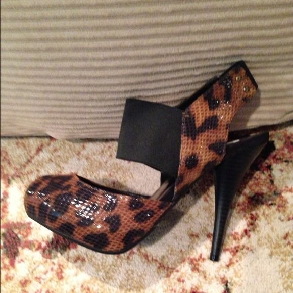 👠 Vera Wang Peep toe shoes 👠 Leopard print peep toe shoes size 7.5. I have never worn these shoes so they are new! They look really great on! Vera Wang  Shoes