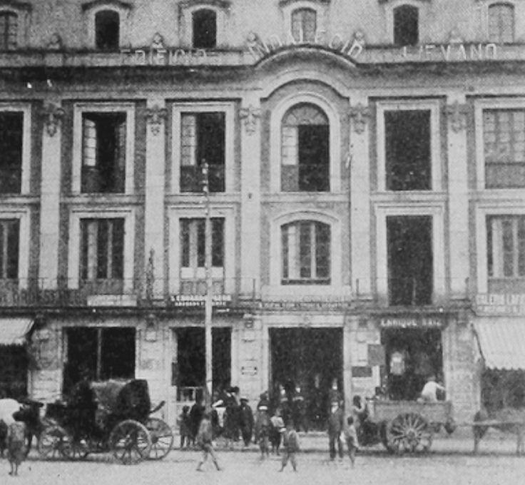 Edificio de Indalecio Lievano, situado en la Plaza de Bolivar de Bogotá, foto de 1918 incluida en el Libro Azul de Colombia. El edificio estaba concebido como una combinación de oficinas y apartamentos, especialmente para agentes viajeros. Ofrecía teléfonos en todas las oficinas, servicio de lavandería y peluquería, imprenta, etc. Funcionaba también allí la primera oficina de planeación que tuvo Bogotá.